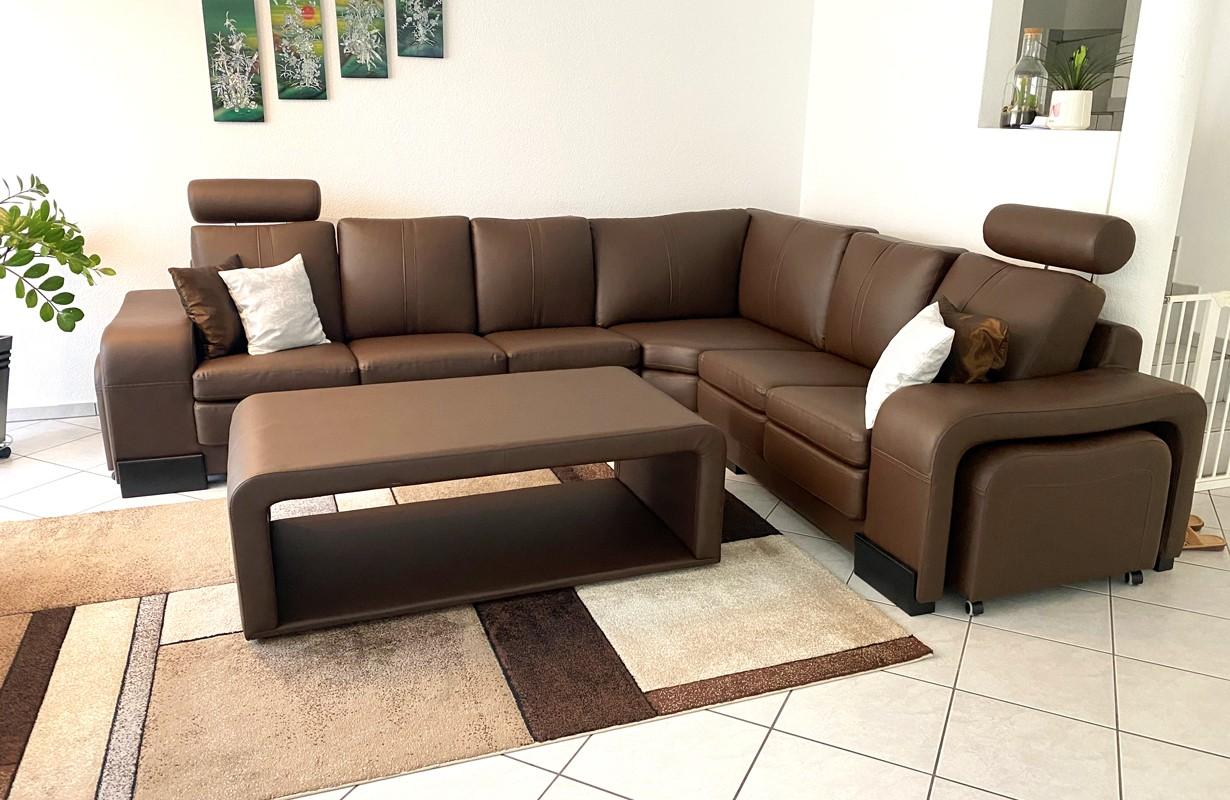 Canapé en cuir avec la table basse et 2 tabourets